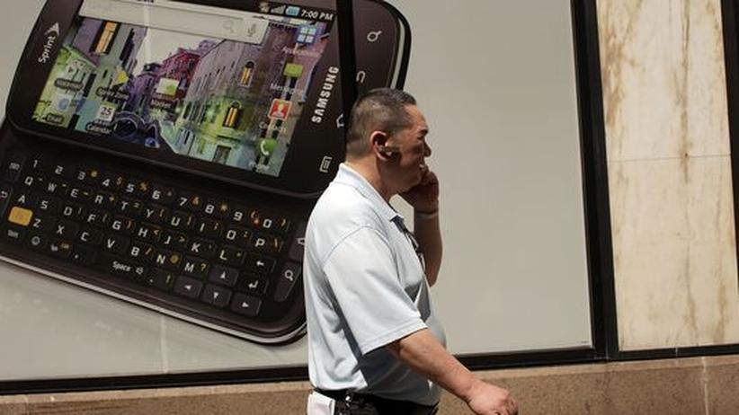 Mobilfunk: Ein Mann telefoniert mit seinem Mobiltelefon.