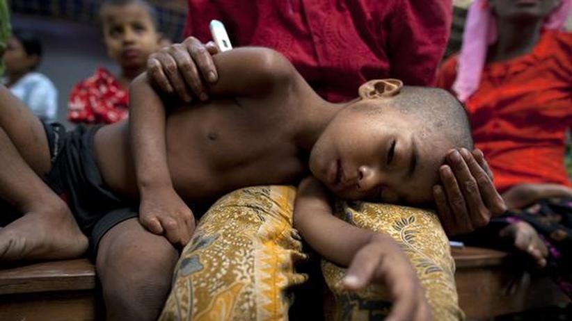 Ein Junge in Birma leidet an Malaria und starkem Fieber, das mit der Erkrankung einhergeht (Archivfoto).