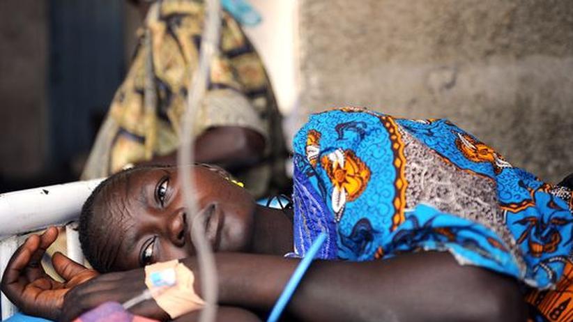 Eine junge Frau im Sudan leidet unter Wechselfieber. Immer noch kommen die meisten Malariaerkrankten aus Afrika.