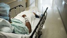 Ein Patient, der eine Niere spenden will, auf dem Weg in den OP (Archivfoto)