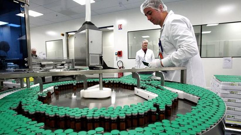In einer Fabrik in Paris prüft ein Mitarbeiter 2009 die Herstellung eines Grippe-Impfstoffs.
