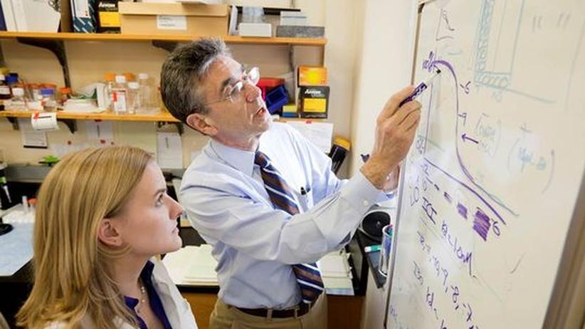 Der Chemie-Nobelpreisträger und Medizinprofessor Robert J. Lefkowitz im Gespräch mit einer Studentin