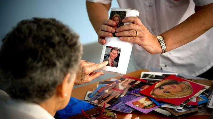 In einem betreuten Wohnen für Alzheimerpatienten im spanischen Madrid testet eine Sozialarbeiterin das Erinnerungsvermögen einer Erkrankten.