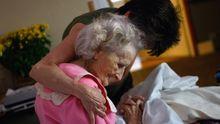 Auf das Sterben vorbereitet: Eine todkranke Frau wird in einem Hospiz in den Arm genommen.
