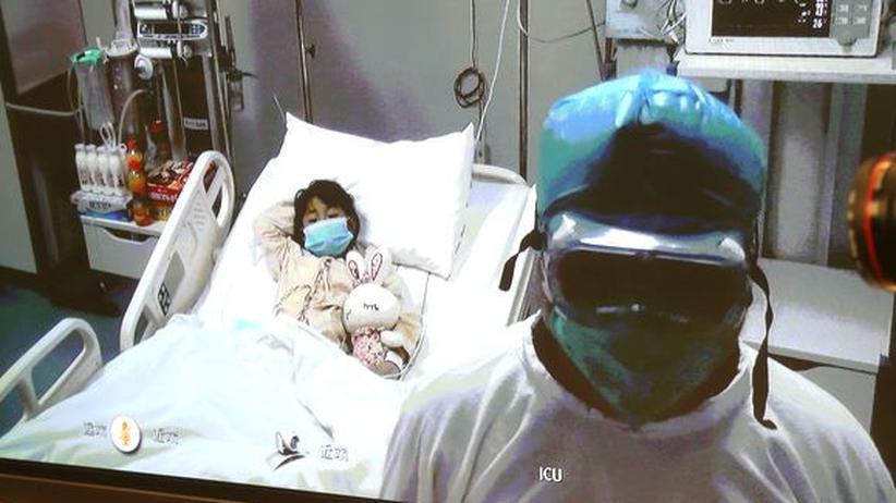In einer Pekinger Klinik wird eine Siebenjährige behandelt. Sie hat sich mit dem Vogelgrippe-Virus H7N9 infiziert. Das Mädchen ist auf dem Weg der Besserung.