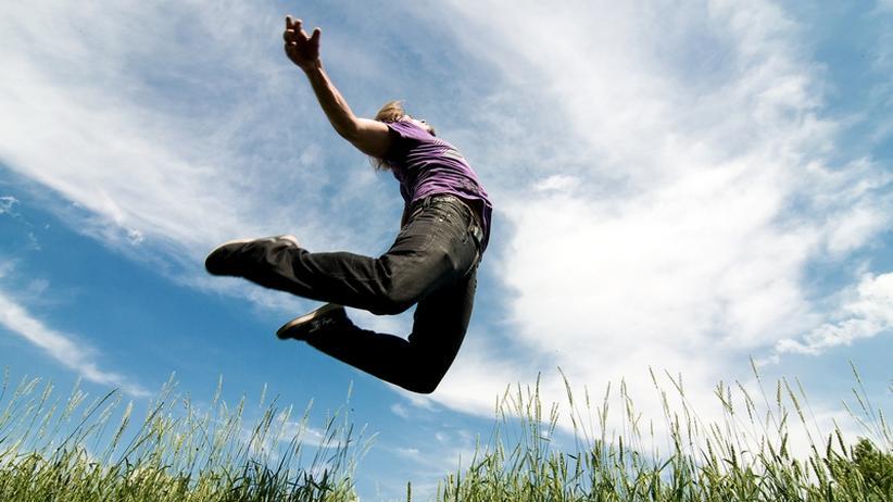 Bewegungen und Körperhaltungen können Gefühle beeinflussen. Wer etwa hochspringt, hebt seine Laune, ergab eine Studie.