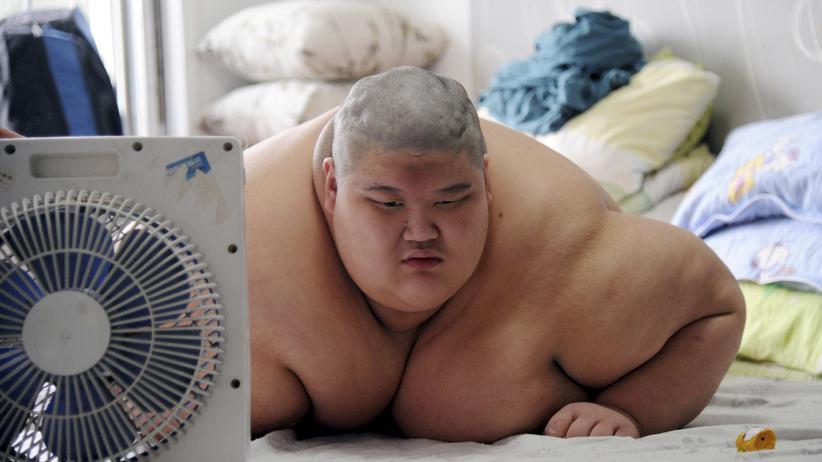 Studie über Gewichtsprobleme: Ein 19-jähriger Einwohner der chinesischen Stadt Shenyang. Er wiegt über 150 Kilo.