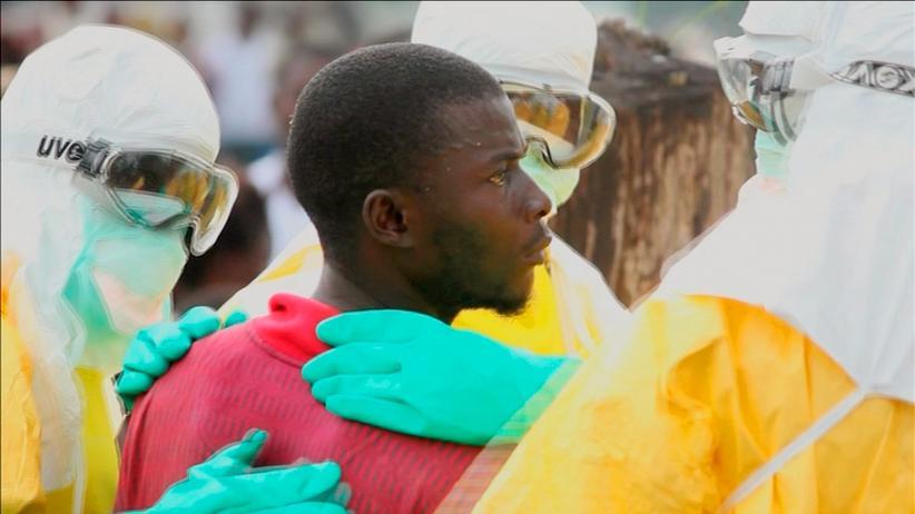 Ebola: Ein Ebola-Patient mit Helfern in Monrovia