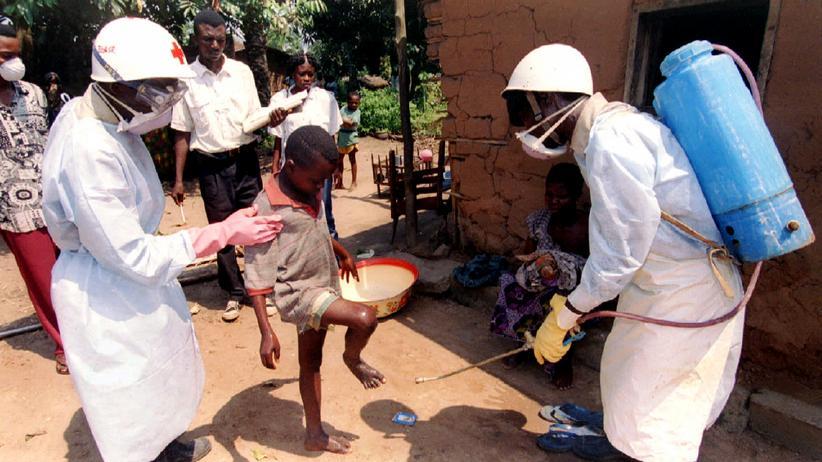 Helfer des Roten Kreuzes im Seuchengebiet