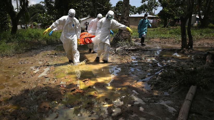 Simulation: Ein Beerdigungsteam in Schutzanzügen in der liberianischen Hauptstadt Monrovia
