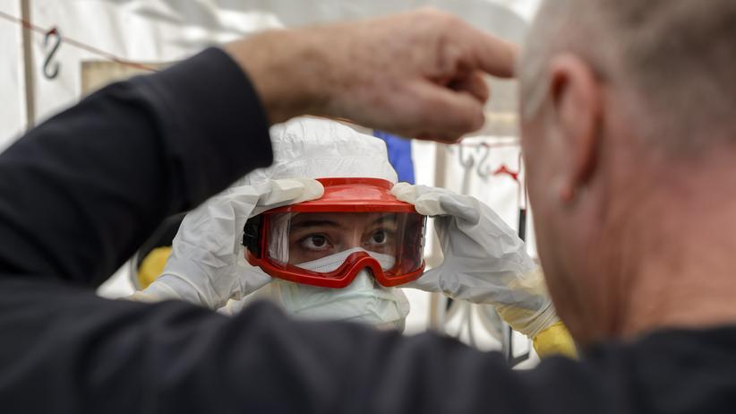 Ebola in Westafrika: Ein Riss im Schutzanzug kann tödlich sein