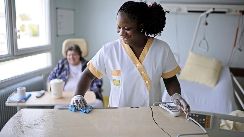 Desinfektion eine Krankenzimmers im Angers Lehrkrankenhaus in Angers, Frankreich