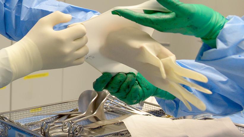Keimresistenz: Vorbereiten auf eine Operation: Nur mit ausreichender Hygiene haben Krankenhauskeime keine Chance.