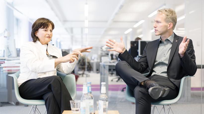 Drogensucht: Die Drogenbeauftragte Marlene Mortler und der Präventionsforscher Henrik Jungaberle trafen sich zum Streitgespräch in der Redaktion von ZEIT ONLINE.