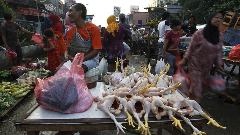 Ein Marktstand in Indonesien im Jahr 2013: Rohes Fleisch ist einer der Hauptauslöser von Lebensmittelvergiftungen.