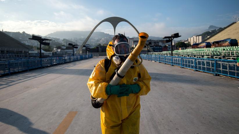 Tod den Mücken: Stadtangestellte sprühen den Sambadrom in Rio de Janeiro mit Chemikalien ein, um die Übertragung von Zika zu stoppen.