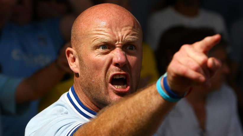 Emotionen: Bei diesem Fußballfan lässt sich die Wut eindeutig im Gesicht ablesen. Die typischen Anzeichen: Die Augenbrauen ziehen sich zusammen, der Blick wird stechend. Der Unterkiefer schiebt sich nach vorn und die Zähne werden gezeigt.