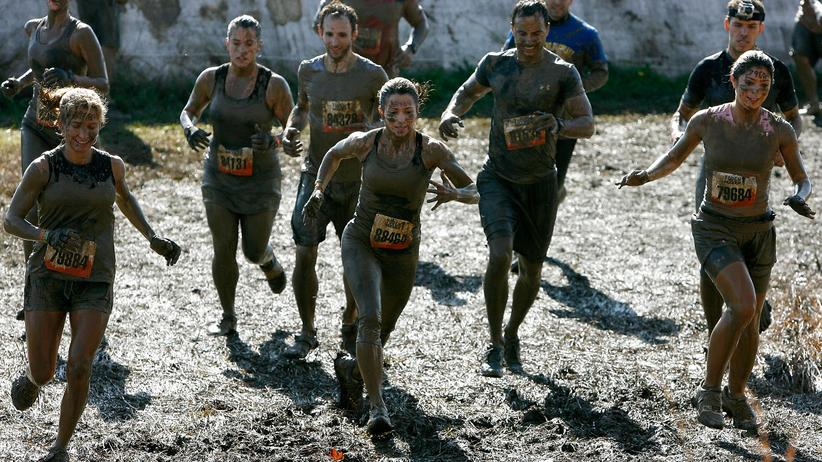 Sport in der Gruppe: Teilnehmer eines Tough Mudder Hindernislaufes in New Jersey