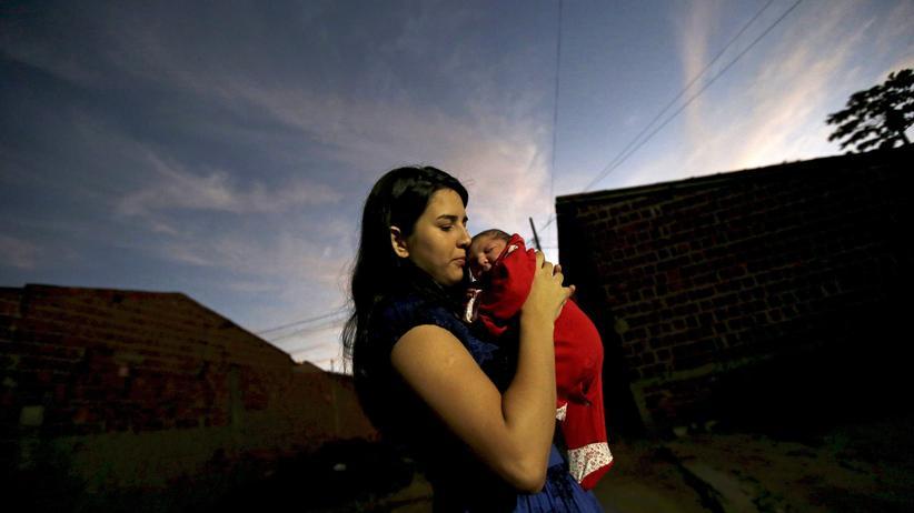 Zika-Bekämpfung: Eine Mutter in Brasilien. Zika-Infektionen von Schwangeren können bei Ungeborenen eine Fehlbildung des Kopfes hervorrufen, die Mikrozephalie.