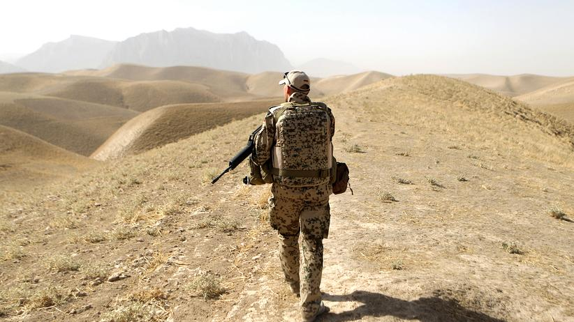 Afghanistan 2010: ein Soldat der Bundeswehr auf Patrouille nahe Masar-i-Scharif