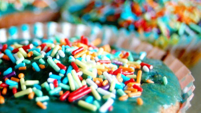 Ernährung: Bunter Zucker – gefährlicher Stoff.