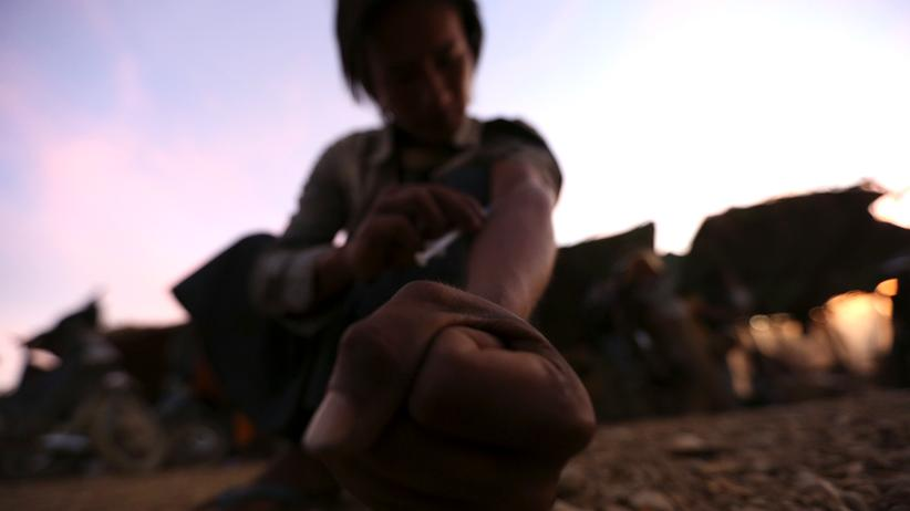 Illegale Drogen: Ein Minenarbeiter in Myanmar spritzt sich Heroin.