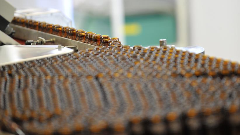 3-Bromopyruvat: Fläschchen für homöopathische Mittel in einer Abfüllanlage in Frankreich