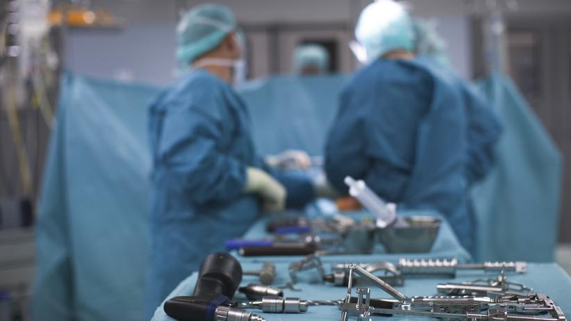 Gesundheit: Ein Operationssaal, ausgestattet mit modernster Technik. Kranke Menschen brauchen mehr als das.