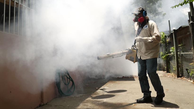 Epidemie: Ein Seuchenbekämpfer sprüht Pestizide im Viertel Wynwood in Miami (Archivbild vom 2. August 2016)