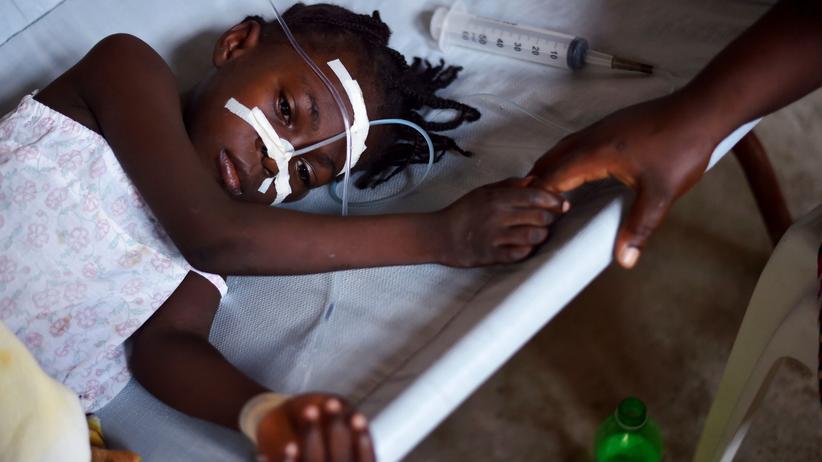 Haiti: Dieses Mädchen wurde mit Cholera-Symptomen in eine Klinik auf Haiti eingewiesen