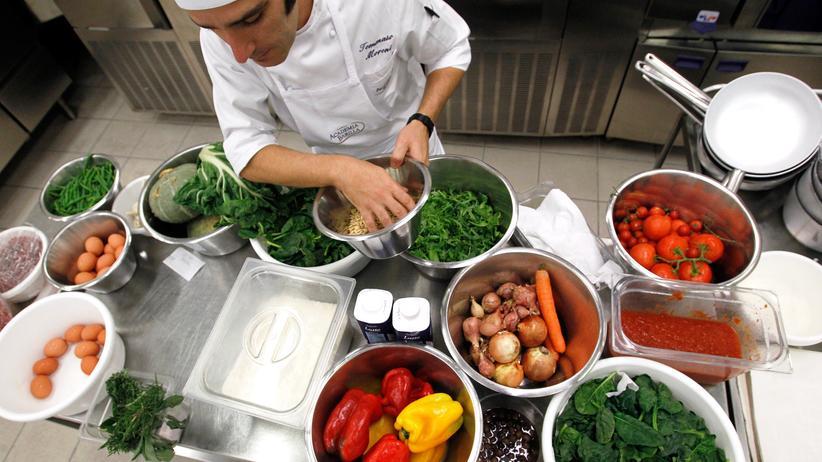 Gesunde Ernährung: Pasta, Oliven, frisches Obst und Gemüse fürs seelische Wohlbefinden? Geht gut. Die traditionellen Küchen des Mittelmeers fördern eine starke Psyche.