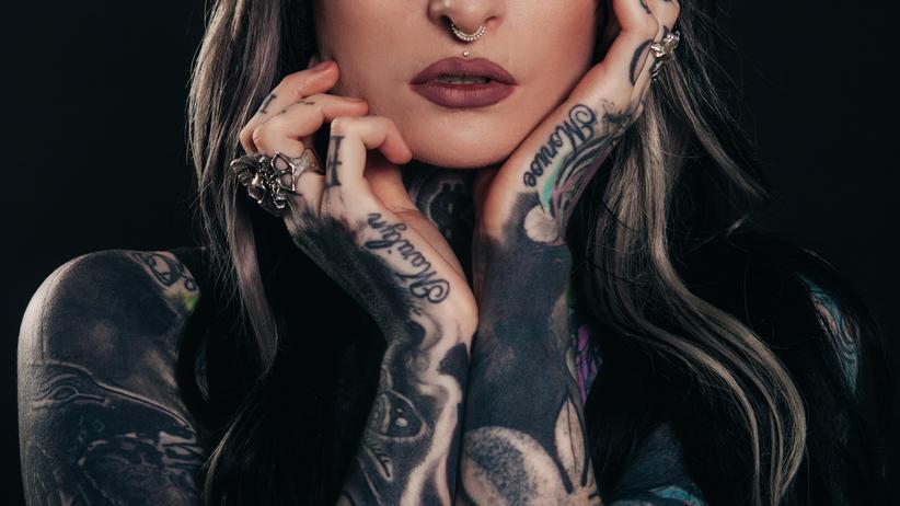 Tattoos: Plastik, Schwermetalle und Mikroben unter der Haut