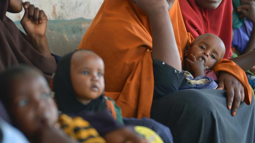 Somalia: Mangelernährte Kinder warten mit ihren Familien in einer Unicef-Einrichtung im somalischen Baidoa auf Hilfe.