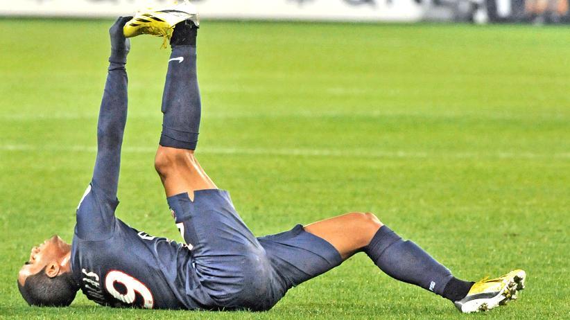 Wadenkrämpfe: Fußballspieler, wie Lucas Moura vom Verein Paris Saint-Germain, sind Wadenkrämpfe gewohnt.