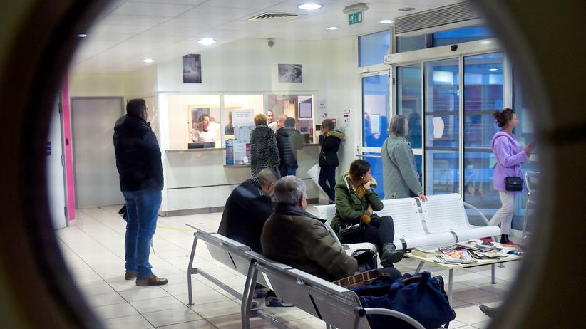 Abklärungspauschale: Blick in den Warteraum eines Krankenhauses