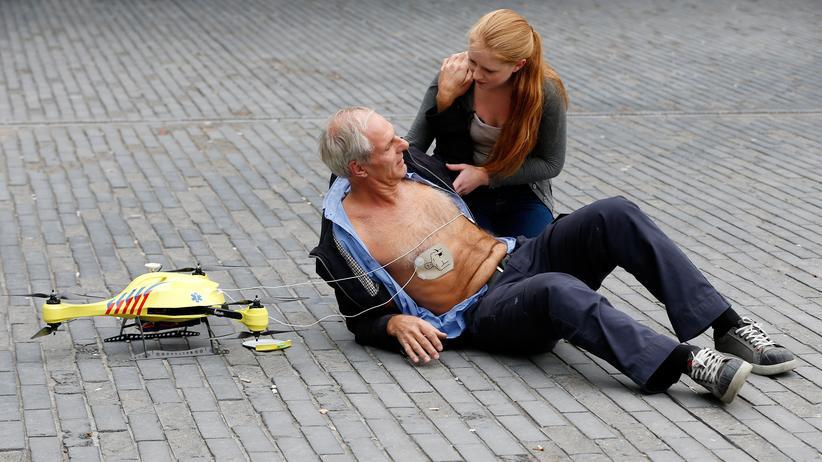 Drohnen: Demonstration einer Drohne, die einen Defibrillator an Bord hat. An der Universität Delft wurden Drohnen entwickelt, die denen ähneln, die jetzt in Schweden benutzt werden.