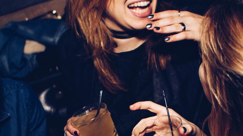 Alkohol in der Schwangerschaft: Am Wochenende feiern gewesen und Montag ist der Schwangerschaftstest positiv? In den ersten Tagen gilt noch das Alles-oder-Nichts-Prinzip.