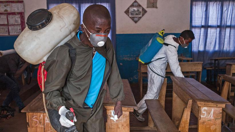 Madagaskar: Mitarbeiter des Gesundheitsministeriums in Madagaskar sprühen das Klassenzimmer einer Grundschule mit Pestiziden ein – gegen Insekten, die die Pest übertragen.