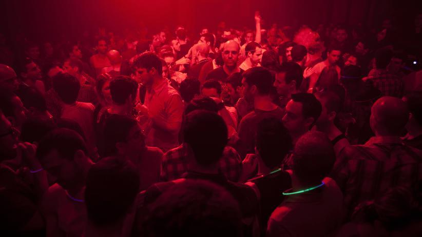 Welt-Aids-Tag: Homosxuelle Männer tanzen auf einer Party in Tel Aviv, Israel.