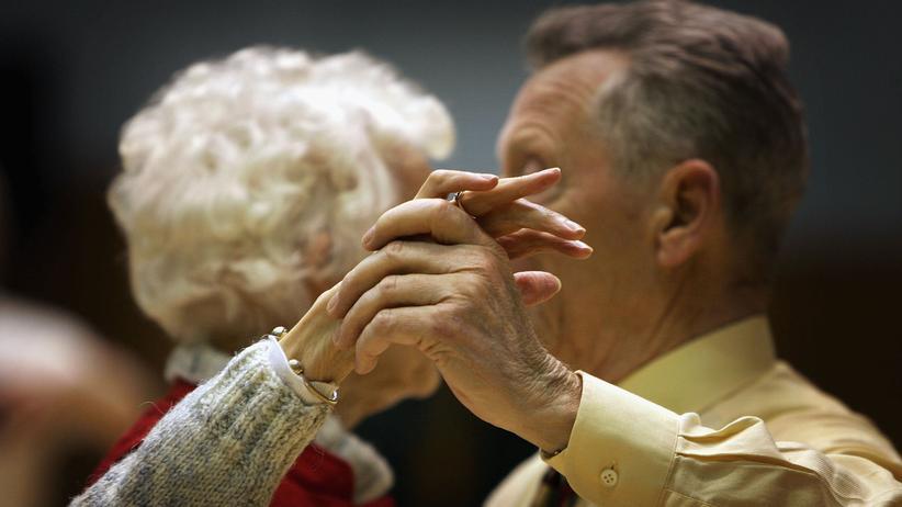 Parkinson: Ein älteres Paar tanzt. Regelmäßiges Tangotanzen verbessert bei Parkinson-Patienten die Beweglichkeit.