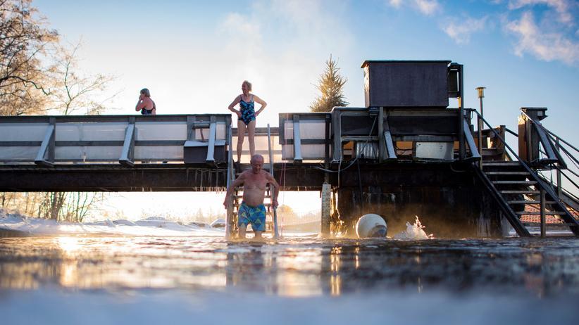 Sauna: Aus der Sauna direkt ins Eiswasser: So machen es die Finnen. Wer an einer Herzerkrankung leidet, muss aber aufpassen.