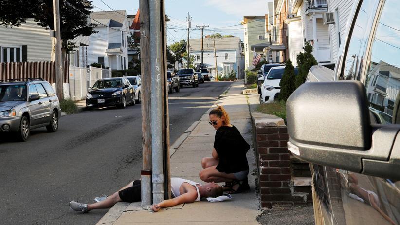 US-Gesundheitsbehörde: Eine Frau sitzt in einem Vorort von Boston neben ihrem Freund, der eine Überdosis an Opioiden genommen hat.