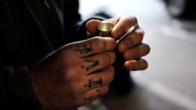 Opioid-Krise in den USA: Philadelphia, USA, 2018: Ein Mann bereitet sich unter einer Brücke eine Dosis Heroin vor. In der Stadt starben zuletzt im Jahr 2016 mehr als 900 Menschen an einer Überdosis.