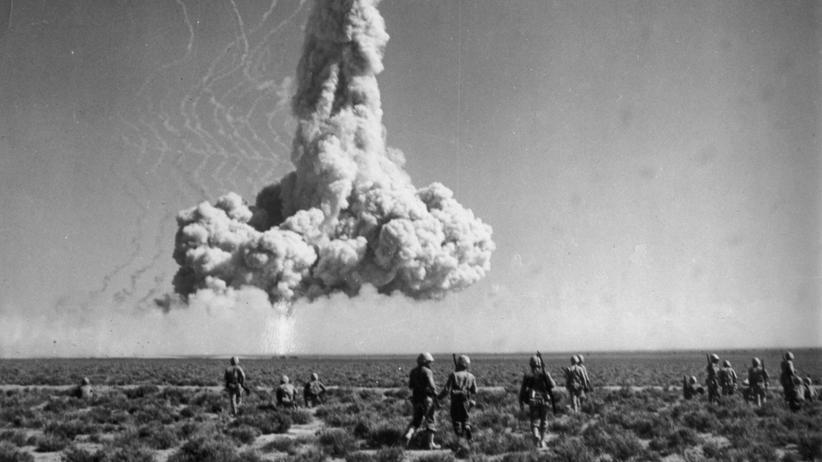 Atomwaffentest: US-Soldaten schauen in den 1950ern einer Atombombenexplosion in Nevada zu.