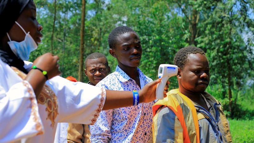 Mangina, in der Nähe von Beni in der demokratischen Republik Kongo: Hier, wo ein neuer Ebola-Ausbruch gemeldet wurde, misst eine Gesundheitsmitarbeiterin die Temperatur von Menschen, die gegen geimpft werden sollen.