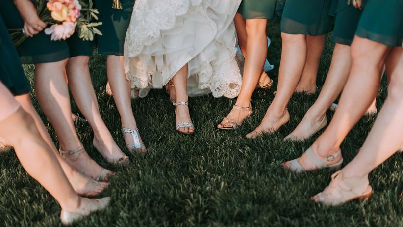 Schönheitsideal: Auf Hochzeiten präsentieren Frauen besonders gern ihre glatten und straffen Beine.