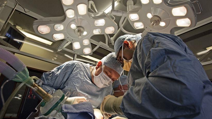 Widerspruchslösung bei Organspende: Operateure verpflanzen eine Niere am Queen Elizabeth Hospital in Birmingham, England.