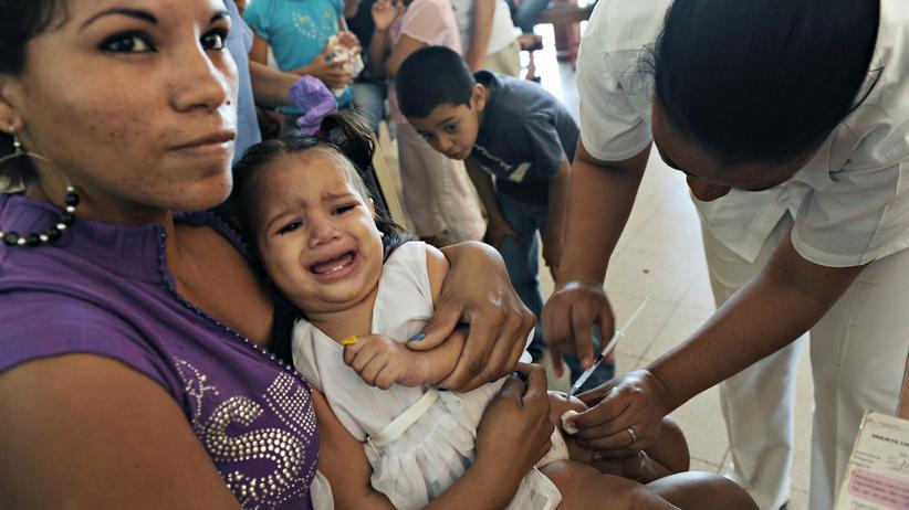 Medikamente: In einem Gesundheitszentrum in Managua, Nicaragua, impft im Januar 2011 eine Krankenschwester ein Kind gegen Pneumokokken.