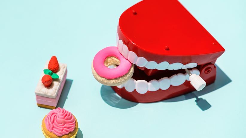 Zahnmedizin: Donuts, Kuchen oder Schokoriegel: Alles Zuckerbomben, die sich auch auf unsere Zähne auswirken. Was passiert, wenn wir ihre Pflege vernachlässigen?