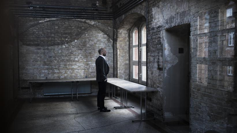 Todesangst: Der Psychiater Jan Kalbitzer schaut aus dem Fenster der Hörsaalruine der Charité Berlin.
